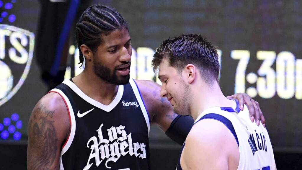 Los Angeles Clippers' Paul George tröstet Dallas Mavericks' Luka Doncic.