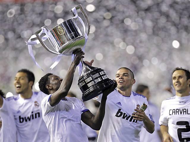 Copa del Rey: Bei der Feier von Real Madrid fällt der Pokal vom Car