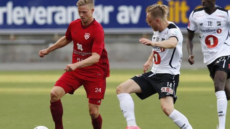 Maurice Brunner (links) für den FC Vaduz im Qualifikationsspiel zur Europa League am Ball