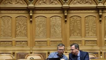 Die Nationalräte Thomas Rechsteiner (CVP/AI), links, und Philipp Matthias Bregy (CVP/VS) während der Budgetdebatte.