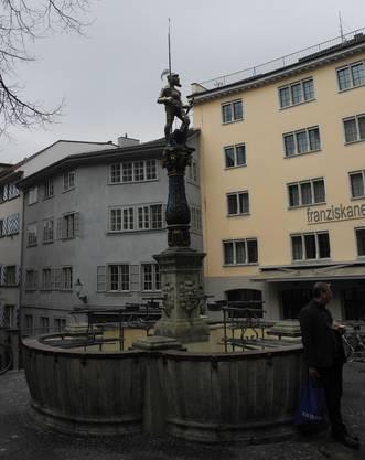 ...über den mittelalterlichen Brunnen an der Stüssihofstatt...