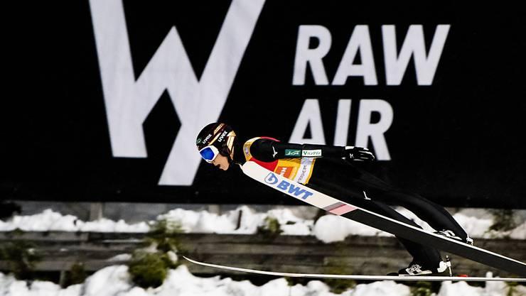 Ryoyu Kobayashi fliegt am RAW-Air-Plakat vorbei zum Tagessieg.