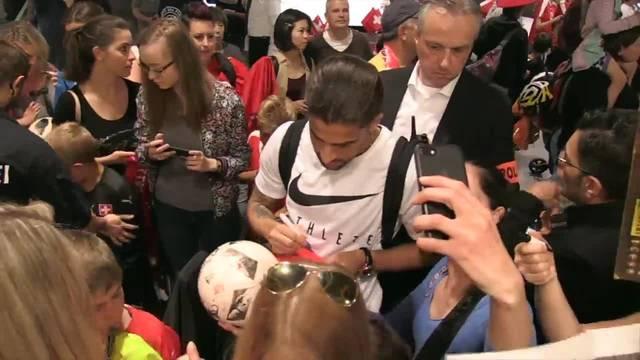 Viele Autogramme und Selfies beim Empfang der Schweizer Nati