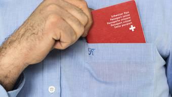 Könnten Sie den roten Pass einstecken, müssten Sie zum Einbürgerungstest? Beweisen Sie es in unserem Staatskunde-Quiz!