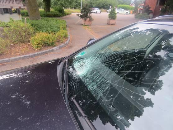 Spreitenbach AG, 27. Juli: Ein Automobilist kollidiert beim Abbiegen mit einem Velofahrer, der sich mittelschwer verletzt.