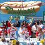 Mit 71 Hotdogs in zehn Minuten hat Joey Chestnut (2.v.l.) zum zwölften Mal das Hotdog-Wettessen in Coney island, New York gewonnen.