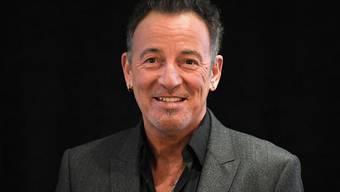 """Bruce Springsteen hat am Donnerstagabend im Rahmen der Frankfurter Buchmesse seine Autobiografie """"Born to Run"""" vorgestellt - und mit Galgenhumor über seine Depressionen gesprochen."""
