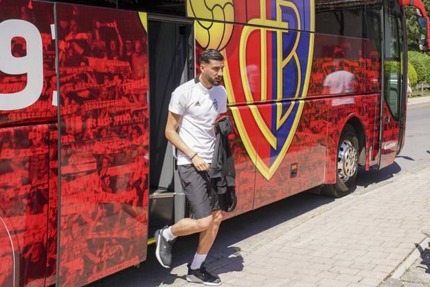 Kemal Ademi steigt aus dem Mannschaftsbus