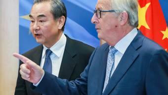 EU-China-Gipfel: Die Chinesen beraten ab dem heutigen Montag mit der EU über ihre Handelsbeziehungen. (Archivbild: EU-Kommissionspräsident Jean-Claude Juncker mit dem chinesischen Aussenminister Wang Yi)