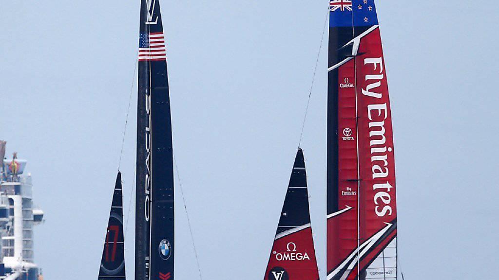 Duell auf Augenhöhe: Das amerikanische Oracle-Team (links) kann im 35. America's Cup erstmals mit dem Herausforderer aus Neuseeland mithalten