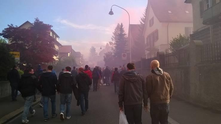 FCB-Fans laufen Richtung Bachstrasse - in der Luft der Rauch rot-blaue Rauchbomben