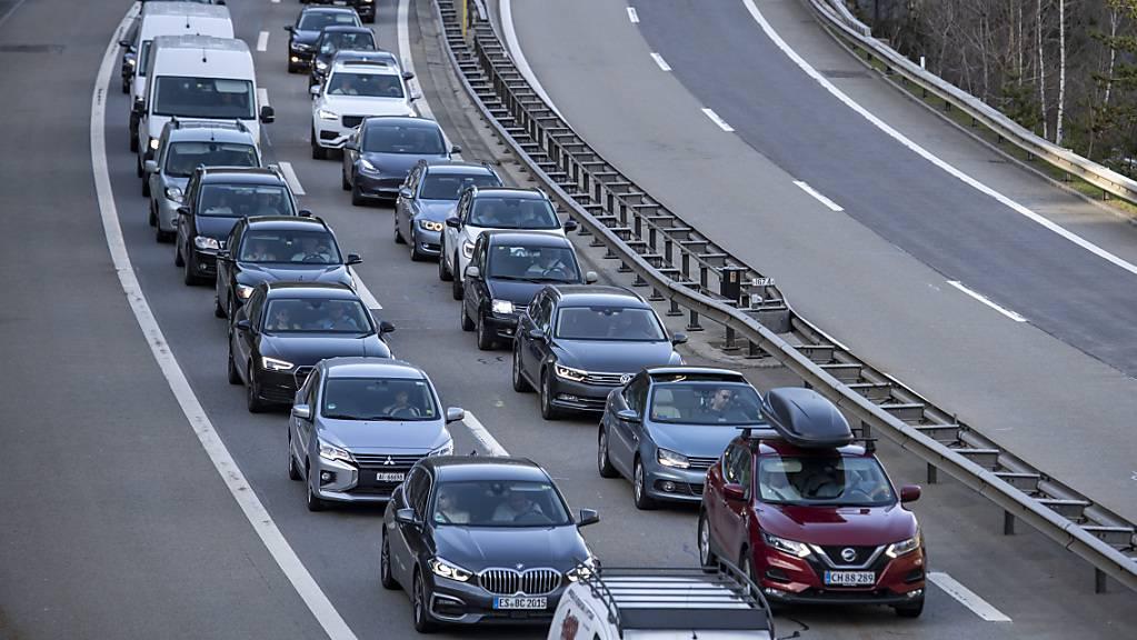 Geduldsprobe für Ferienreisende: vor dem Nordportal des Gotthard-Strassentunnels stauten sich die Autos am Freitagnachmittag auf einer Länge von 10 Kilometern. (Archivbild)