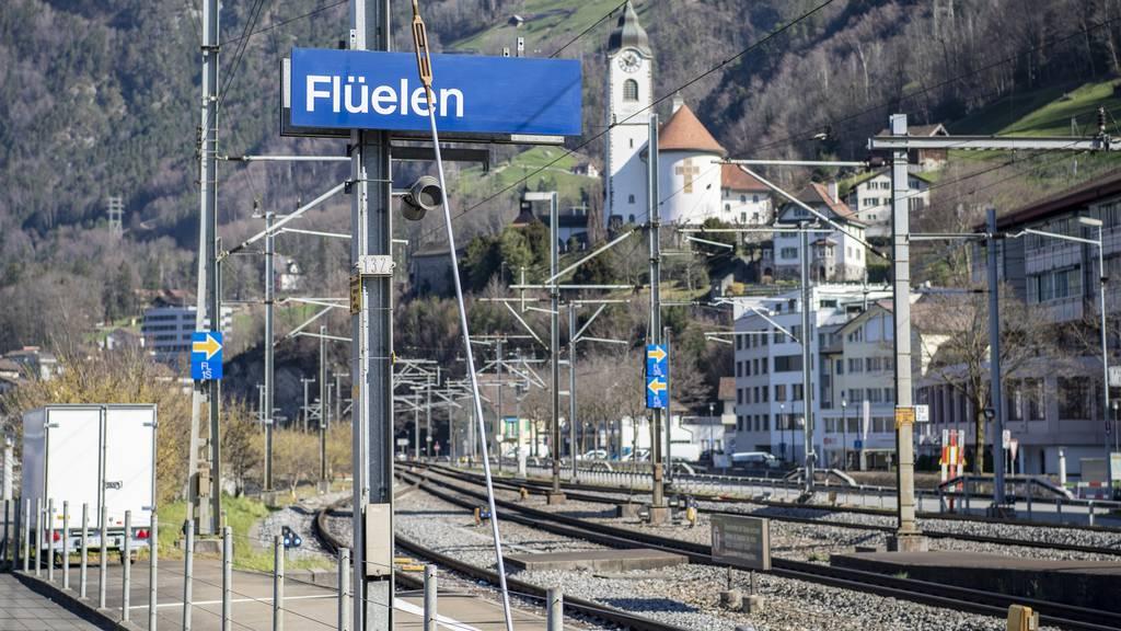 Passanten finden Schwerverletzten bei Bahngleisen – blinder Passagier?