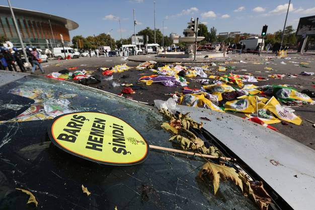 Grausame Szenen: Dutzende Leichen wurden mit den Flaggen der Demonstranten zugedeckt.