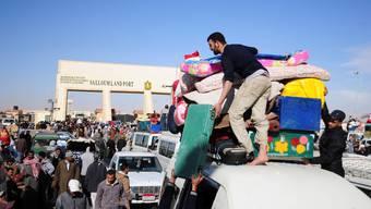 Wer kann, verlässt Libyen: Ägypter an der libysch-ägyptischen Grenze. Foto: Tarek Fawzy/Key