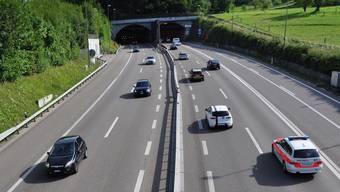Autobahn A3 in Urdorf: Hier mit Blick Richtung Süden auf die Einfahrt des Honerettunnels.