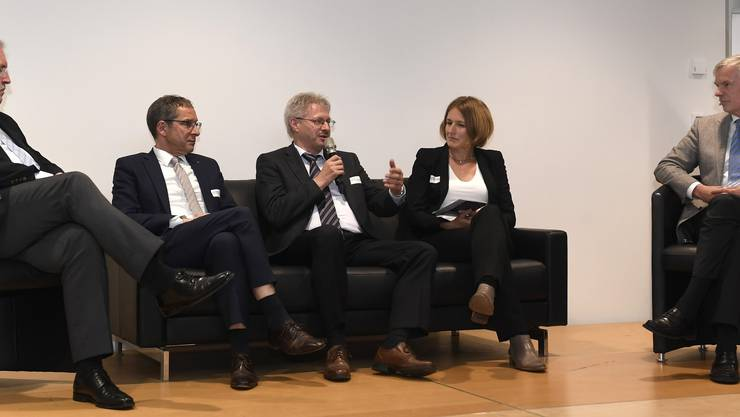 Mit Jürg Zwahlen, Birchmeier Sprühtechnik AG, Regierungsrat Urs Hofmann, Kurt Schmid, Präsident Aargauischer Gewerbeverband, Valérie Donzel, SECO und Moderator Herbert Scholl.