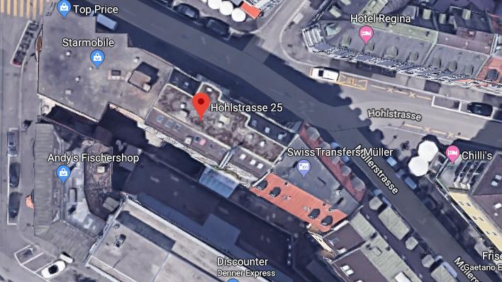Im Hinterhof des Gebäudes an der Hohlstrasse 25 stürzte der Mann aus dem Fenster.