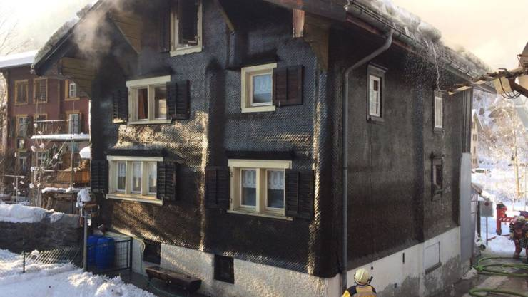 Die Bewohner wollten die Dachrinne enteisen und steckten dabei die Schindeln an der Fassade in Brand.