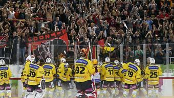 Die SCB-Spieler feiern den Derbysieg mit ihren Fans in Biel