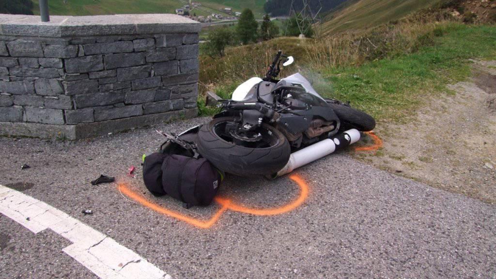 An dieser Stelle auf der San-Bernardino-Passstrasse prallte der Motorradfahrer in die Stützmauer und zog sich dabei tödliche Verletzungen zu. (Bild: Kantonspolizei Graubünden)