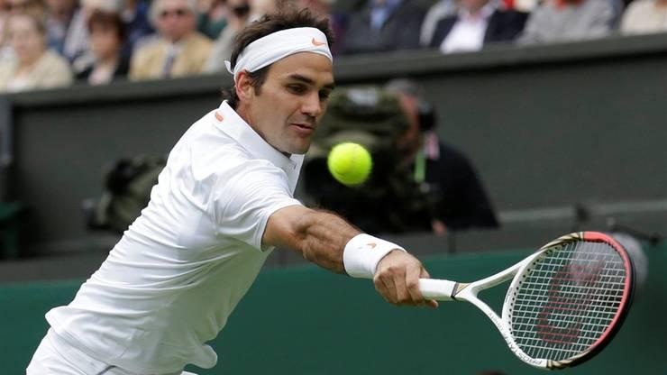 Roger Federer bei einem Backhand-Return in der ersten Runde gegen Victor Hanescu