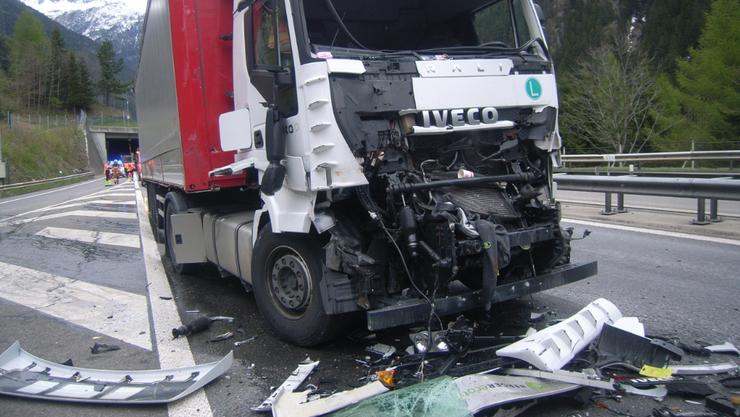 Der italienische Lenker wurde beim Unfall verletzt und mit dem Rettungsdienst Uri ins Kantonsspital überführt. Der Sachschaden beträgt rund 60'000 Franken.