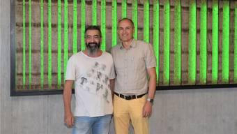 Bestens gelaunt: Künstler Claudio Cassano (links) und Auftraggeber Ruedi Amsler enthüllen das Kunstwerk «Kreislauf».