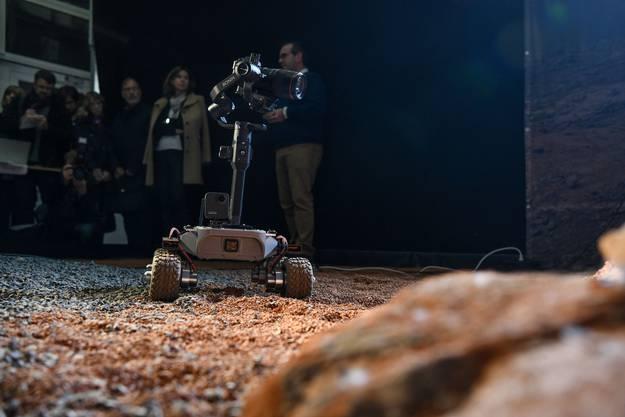 Die Kamera sucht nach Spuren vergangenen Lebens.