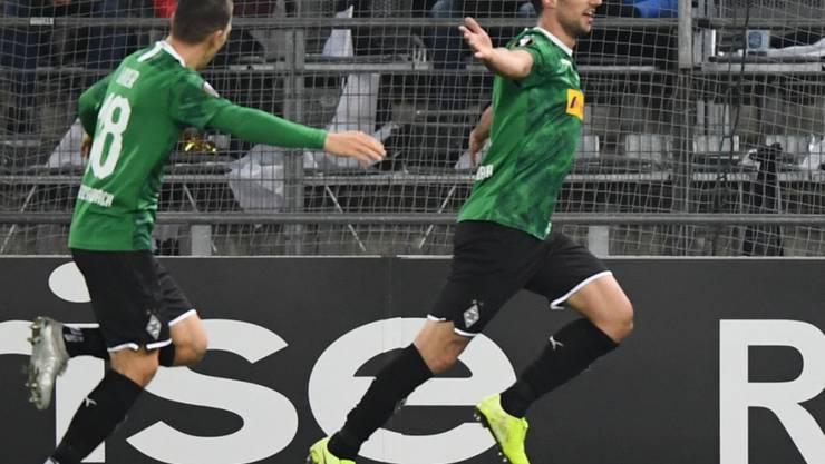 Stefan Lainer (links) und Torschütze Lars Stindl feiern Gladbachs einziges Tor