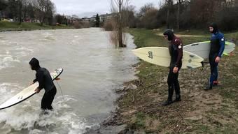River Surfer auf der Birs (Redingbrücke)