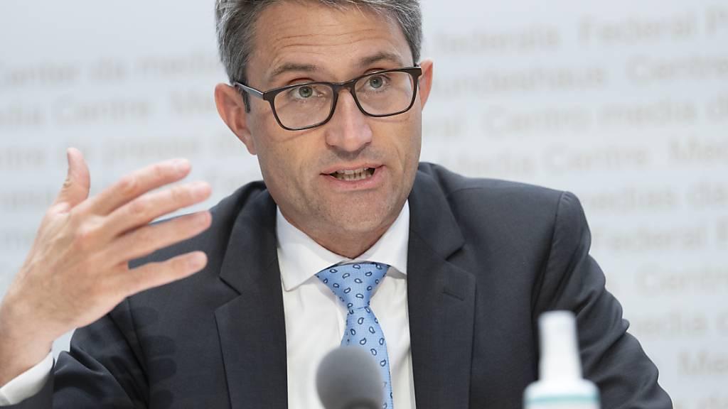 Lukas Engelberger, Präsident der kantonalen Gesundheitsdirektorenkonferenz (GDK), denkt über eine Zertifikatspflicht in Skigebien nach. (Archivbild)