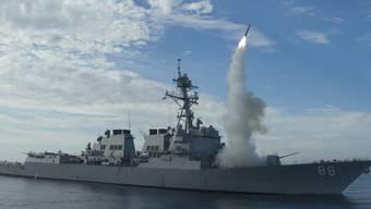 Ein Kriegsschiff der US-Marine feuert eine Tomahawk-Rakete ab. (Archiv)