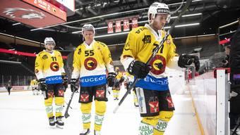 Die Berner Alain Berger, Calle Andersson und Marc Kämpf (von links) verlassen geschlagen das Lausanner Eis.