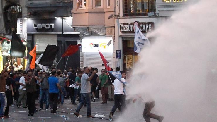 Die türkische Polizei geht in Istanbul mit Wasserwerfern gegen Protestierende vor