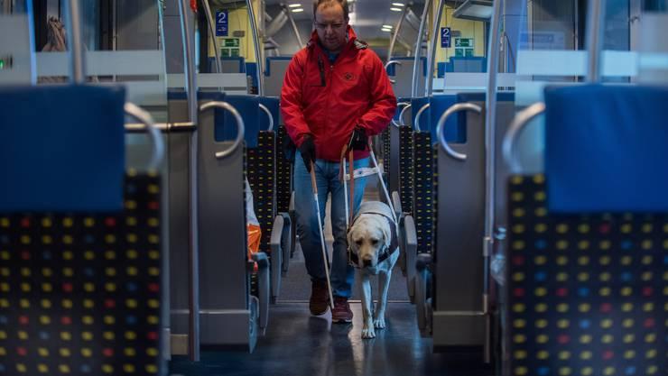 Zugfahren stellt für blinde Menschen eine grosse Hürde dar. Eine neue App soll das Reisen künftig einfacher machen. (Symbolbild)