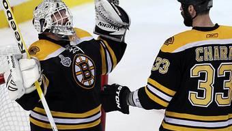 Bostons Goalie Tim Thomas wird beglückwünscht