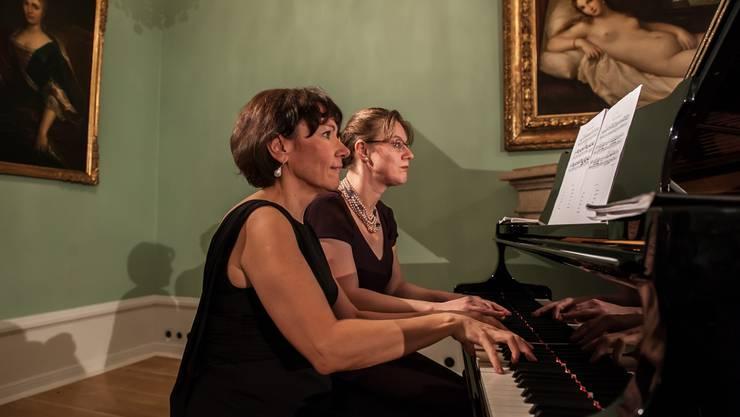 Vier Hände, ein Klavier: Monika Mockovcakova (l.) und Gala Gurinovich spielten in der Villa Boveri. P. Neidhart