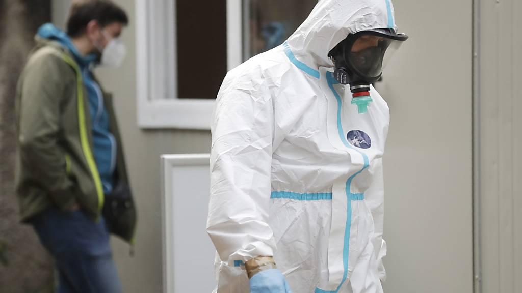 Medizinisches Personal des Solec-Krankenhauses in Warschau. Foto: Czarek Sokolowski/AP/dpa