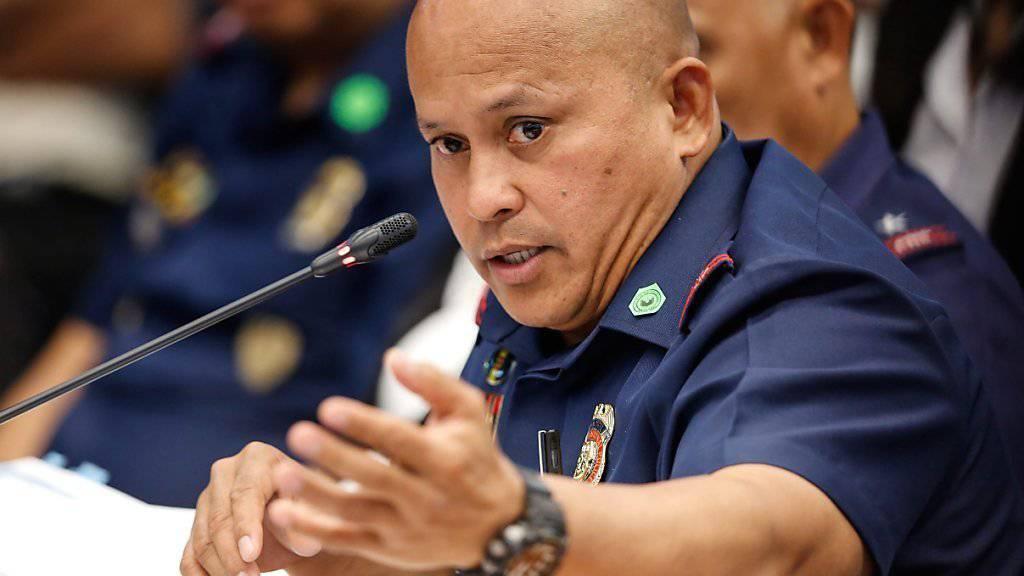 Der philippinische Polizeichef General Ronald Dela Rosa verteidigt vor dem Senat das harte Vorgehen gegen Drogenkriminelle.
