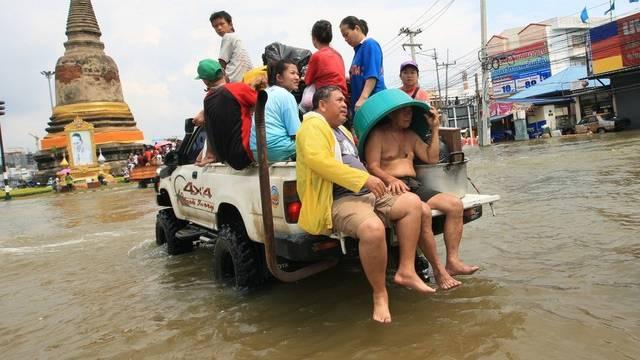 Thailändische Dorfbewohner werden mit einem Pickup in Ayutthaya evakuiert (Archiv)