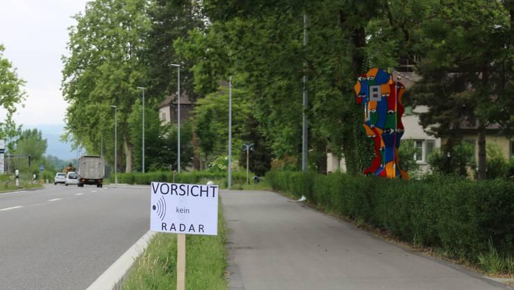 Zwischen Rekingen und Bad Zurzach: Santhori hat seine Skulptur erneut aufgestellt. Diesmal verhüllt sie keine Radarfalle, sondern steht auf dem Grundstück seines Ateliers.