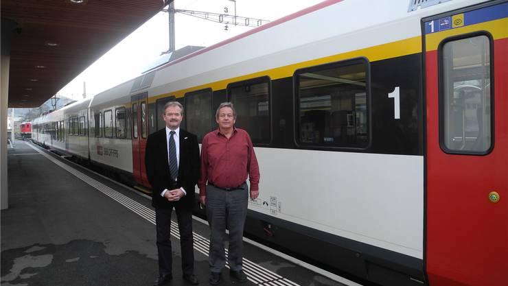 Siegfried Flury (l.), der künftige, und Heinz Kamber (r.), der abtretende OeBB-Geschäftsleiter, vor der neuen Domino-Zugskomposition auf dem Bahnhof Balsthal.