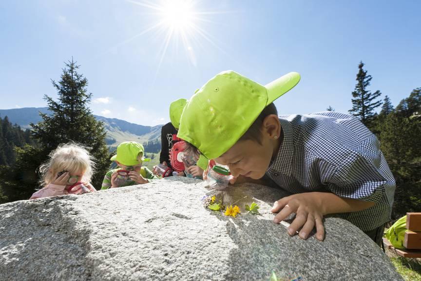 Kinder können auf dem Forscherweg in Malbun an verschiedenen Stationen neues entdecken. (Bild: zVg)