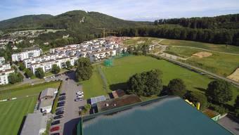 Auf dem bisherigen Trainingsplatz des FC Olten soll das neue Schulhaus mit Turnhallen entstehen (Bildmitte). Im Vordergrund das Dach der Stadthalle, im Hintergrund die neue Überbauung Chlyholz.