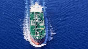 Drosseln Frachtschiffe ihre Geschwindigkeit, so kann der Treibstoffverbrauch markant gesenkt werden.