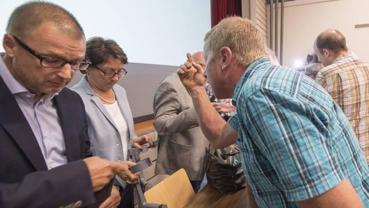Die Urner Sozialdirektorin Barbara Bär versucht vergeblich das Projekt für ein Asylzentrum vorzustellen. Zahlreiche Bürger von Seelisberg verlassen die Turnhalle.