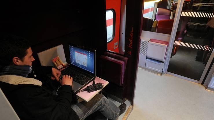 Die TGV bieten den Passagieren überall Steckdosen an – sogar im Zwischenabteil neben den Türen.