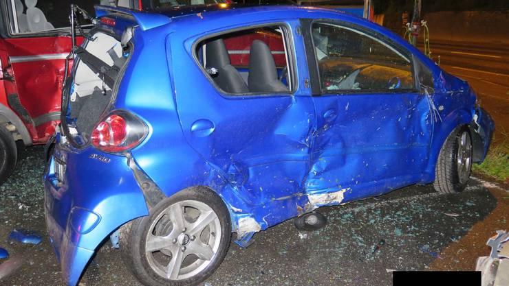 Die beiden parkierten Autos wurden stark beschädigt.