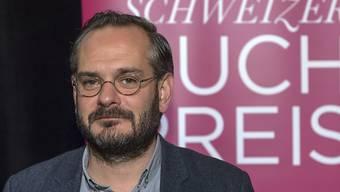 """Jonas Lüscher gewann mit dem Buch """"Kraft"""" den Schweizer Buchpreis 2017. Er machte im Frühling 2020 einen sehr schweren Verlauf einer Covid-19-Infektion durch und lag sieben Wochen lang im künstlichen Koma. (Archivbild)"""